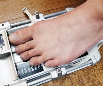 加重状態で足の長さを測定