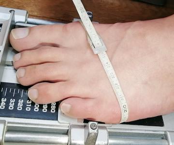 加重状態で足の幅を測定