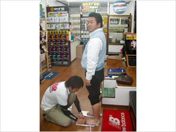 日本テレビ「ぶらり途中下車の旅」舞の海さんの足を計測中・・・